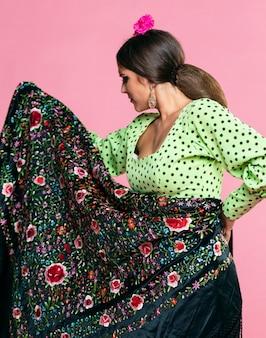 Vrouw die de sjaal van manilla elegant houdt
