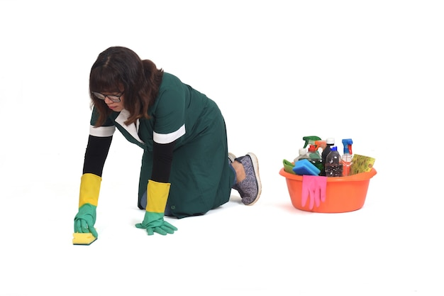 Vrouw die de vloer schrobt op haar die knieën op wit worden geïsoleerd