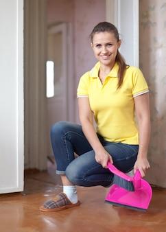 Vrouw die de vloer veegt