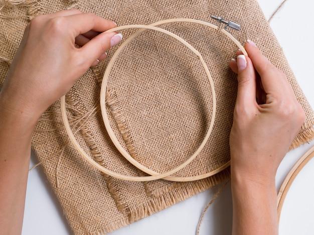 Vrouw die decoratie met houten ringen maakt