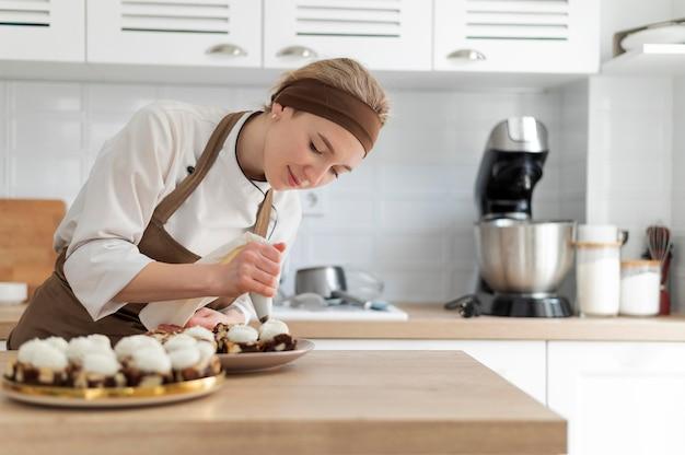 Vrouw die dessert middelgroot schot voorbereidt