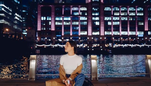 Vrouw die dichtbij de rivier van chicago loopt