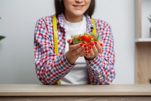 Vrouw die dieetsalade eten voor gewichtsverlies.