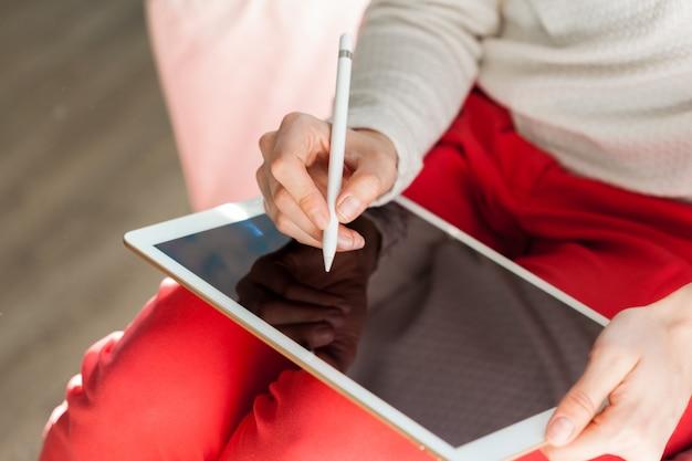 Vrouw die digitale tablet gebruikt