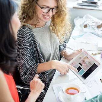 Vrouw die digitale tablet voor online het winkelen gebruikt