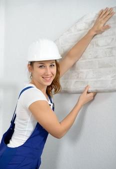 Vrouw die diy-het werk thuis doet