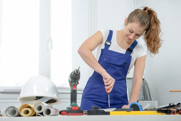 Vrouw die diy-werk thuis doet