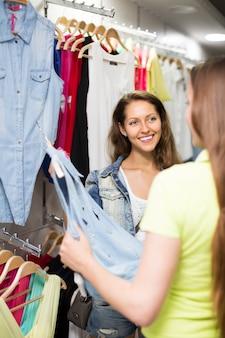 Vrouw die doeken in winkel kiest