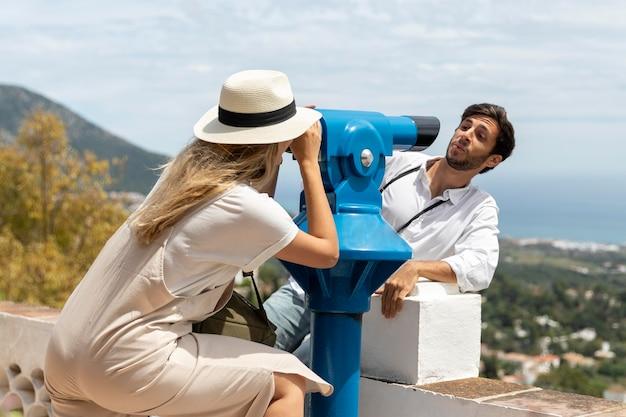 Vrouw die door telescoop kijkt