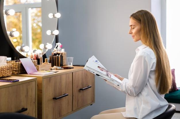 Vrouw die door tijdschrift kijkt
