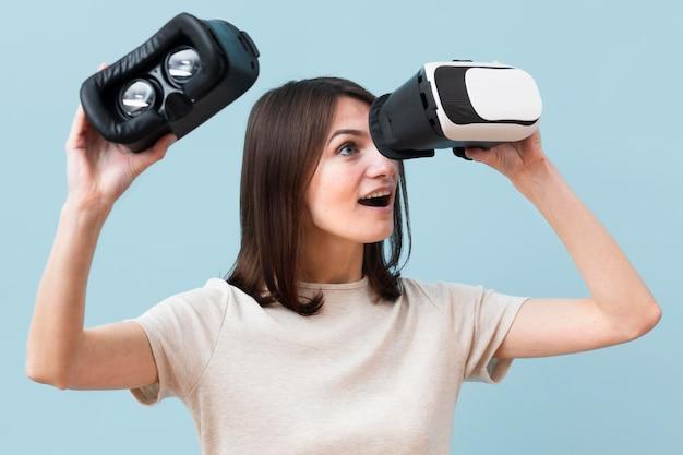 Vrouw die door virtuele werkelijkheidshoofdtelefoon kijkt