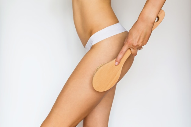 Vrouw die droge massage met borstel maakt