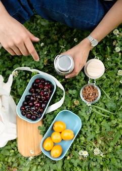 Vrouw die duurzame recipiënten gebruikt voor voedsel