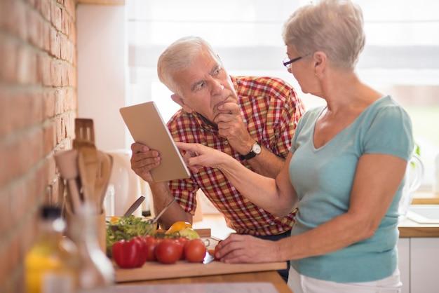 Vrouw die echtgenoot helpt met het oplossen van het probleem