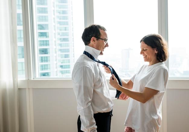 Vrouw die echtgenootbanden helpt te binden