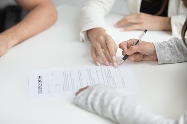 Vrouw die echtscheidingsbesluit ondertekent na besluit te verbreken