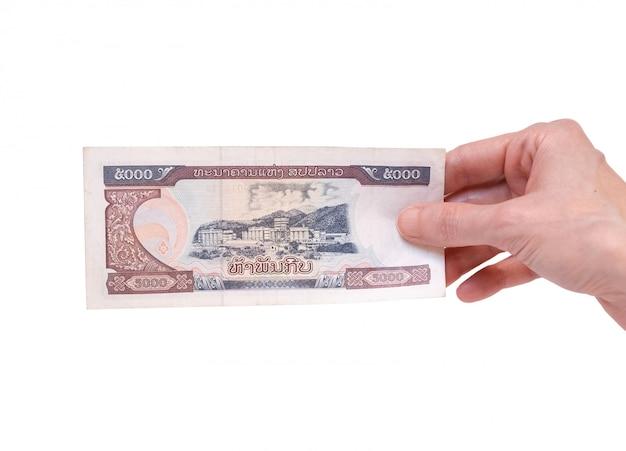 Vrouw die een 5000 kip-bankbiljet in haar hand op een wit houdt