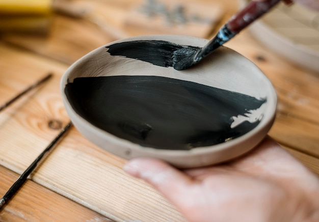 Vrouw die een aardewerkmeesterwerk doet