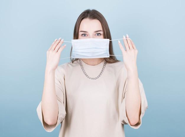 Vrouw die een antivirusmasker draagt om te voorkomen dat anderen corona covid19 en sars cov 2-infectie krijgen