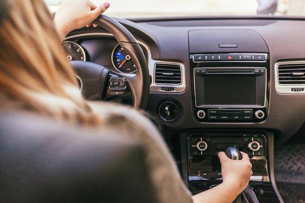 Vrouw die een auto bestuurt