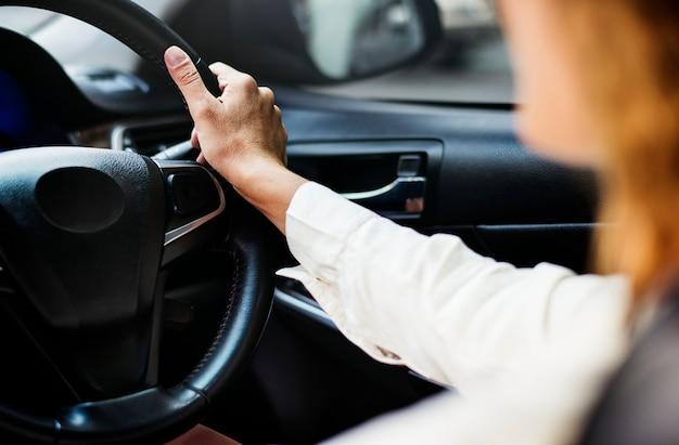 Vrouw die een auto op een weg drijft