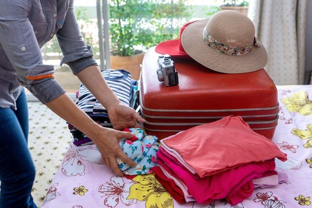 Vrouw die een bagage inpakt