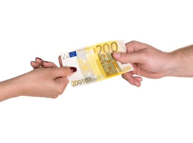 Vrouw die een bankbiljet van 200 euro geeft aan een man, geïsoleerd op wit