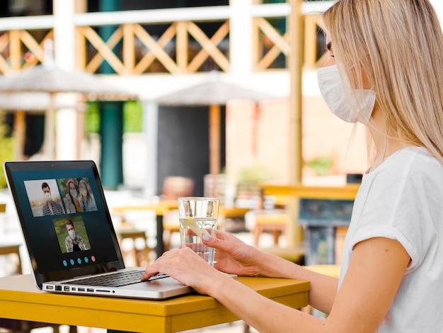 Vrouw die een bedrijfsvideogesprek op laptop heeft