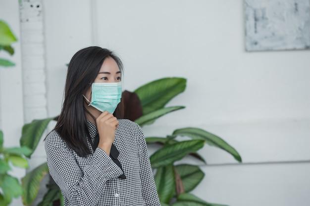 Vrouw die een beschermend gezichtsmasker draagt