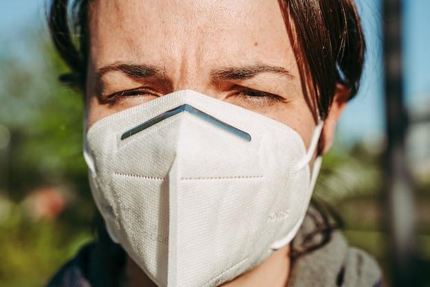 Vrouw die een beschermend kn95-masker draagt tegen ziekte van covid-19