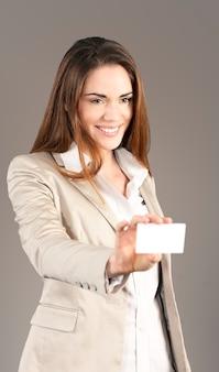 Vrouw die een blanco visitekaartje in de studio overhandigt