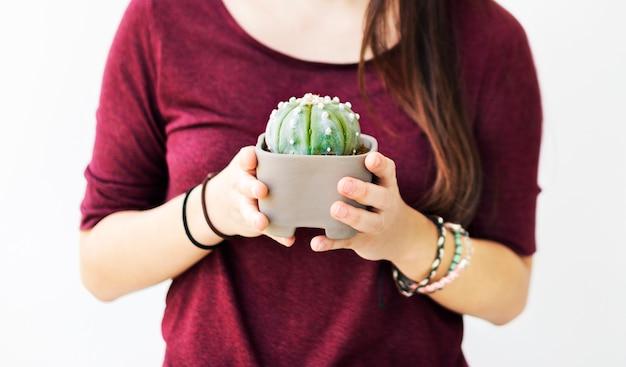 Vrouw die een cactus draagt