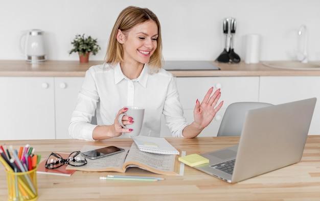 Vrouw die een conferentie heeft thuis