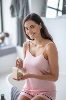 Vrouw die een doos opent met een nieuw soort zeep