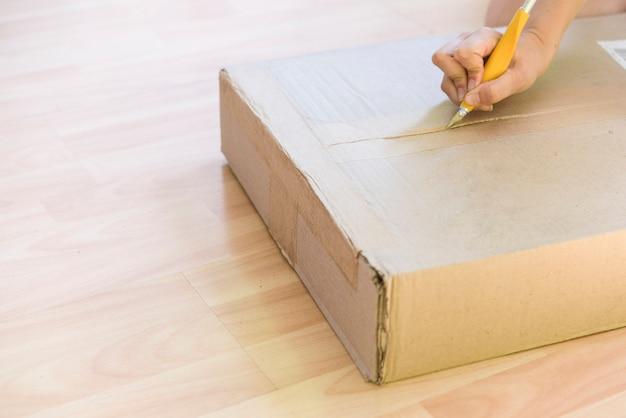 Vrouw die een doos uitpakt