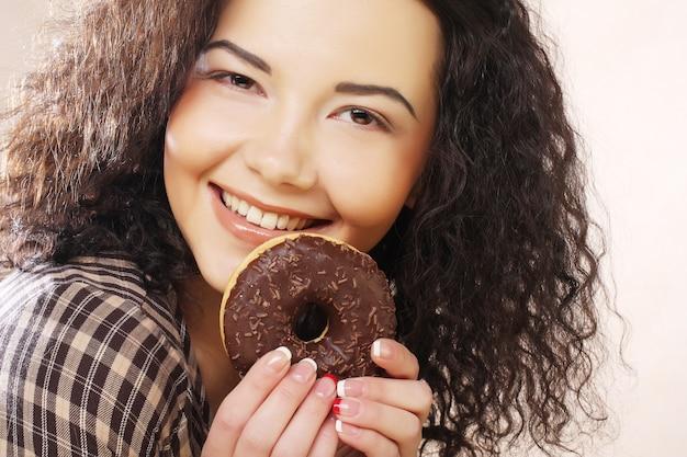 Vrouw die een doughnut houdt