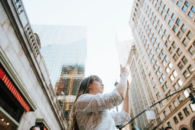 Vrouw die een foto van de mening in de stad van new york, de vs neemt