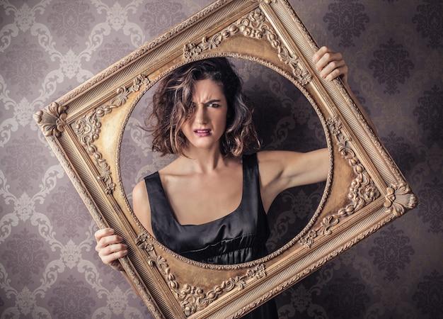 Vrouw die een frame houdt