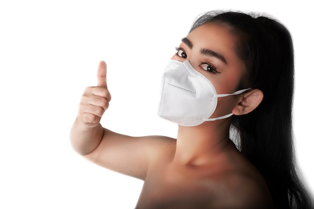 Vrouw die een gasmasker n95-masker opzet om te beschermen tegen luchtwegaandoeningen