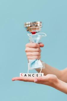 Vrouw die een geannuleerd bericht houdt dat van kleine kubussen wordt gemaakt