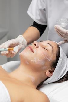Vrouw die een gezichtsbehandeling heeft