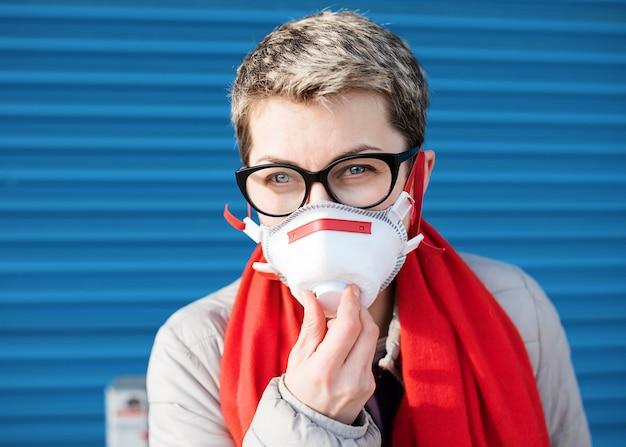 Vrouw die een gezichtsmasker op blauw draagt