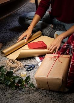 Vrouw die een gift in dozen doet