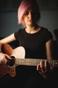 Vrouw die een gitaar speelt