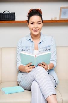 Vrouw die een grappig boek leest