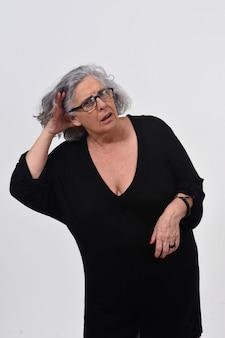 Vrouw die een hand op haar oor zet omdat zij niet op witte achtergrond kan horen
