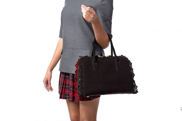 Vrouw die een handtas houdt die op wit wordt geïsoleerd