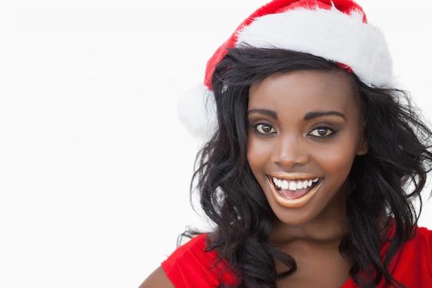 Vrouw die een hoed van de kerstman draagt