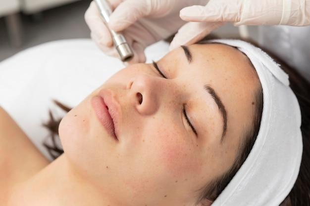 Vrouw die een huidverzorgingsbehandeling heeft
