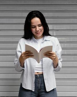 Vrouw die een interessant boek leest